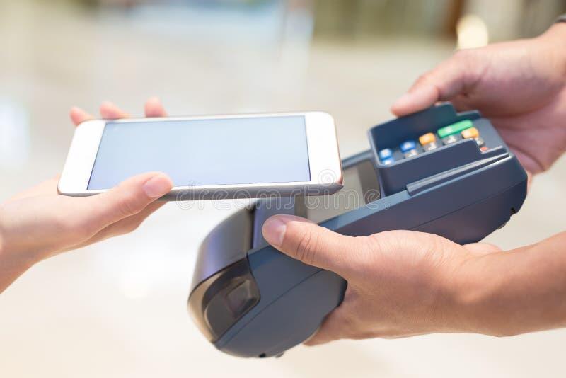 Оплата клиента мобильным телефоном стоковые фотографии rf