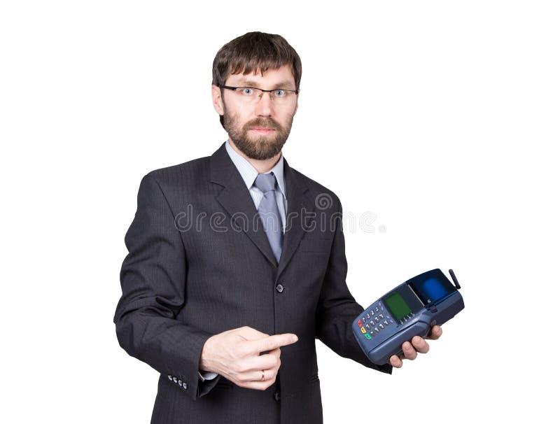 Оплата с кредитной карточкой - бизнесменом держа pos терминальный На белой предпосылке стоковое изображение rf