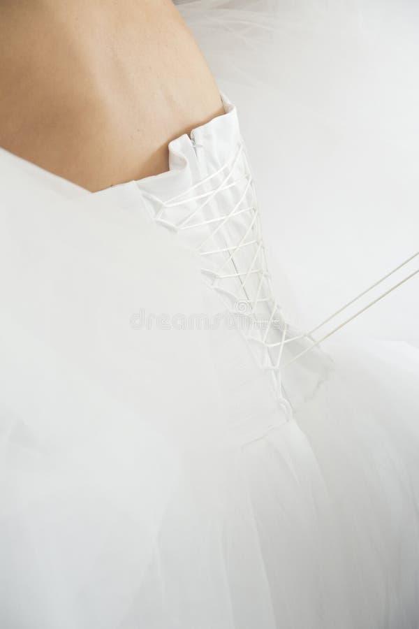 Оплетка назад с белым платьем стоковые изображения