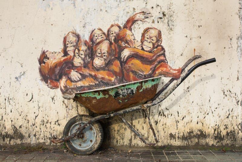 Орангутаны настенной росписи искусства улицы в тачке стоковое изображение rf