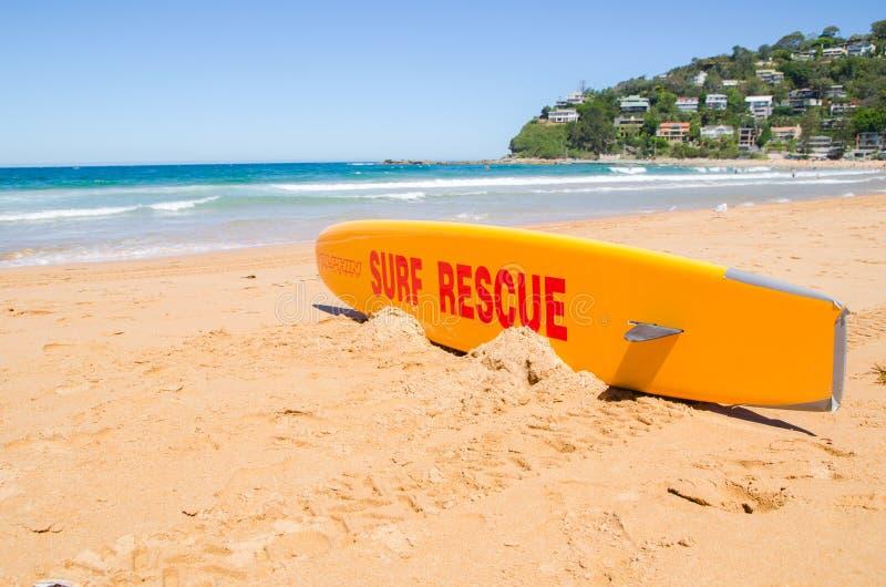 Оранжевая доска спасения прибоя предохранителя жизни на песке на Palm Beach, NSW стоковое изображение