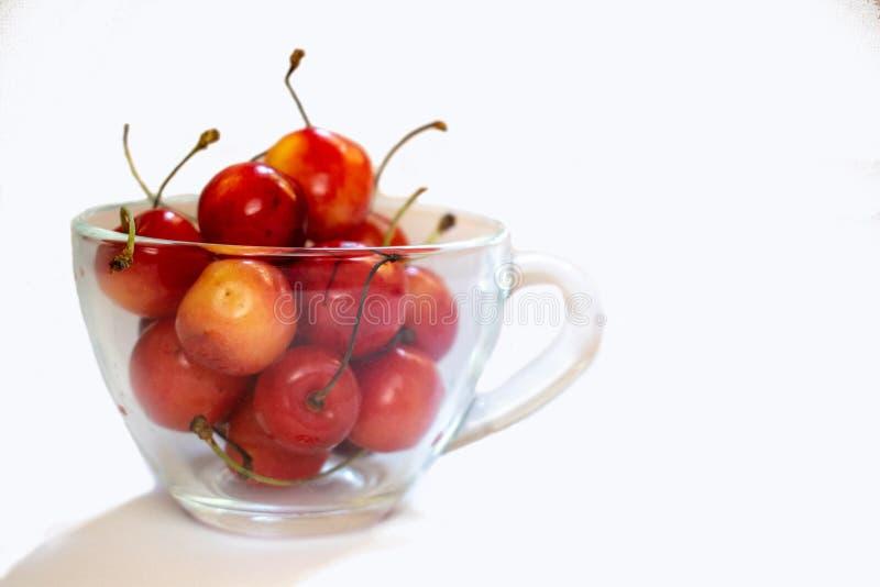 Оранжевая и красная сладкая вишня изолированная на белой предпосылке 8 стоковое фото
