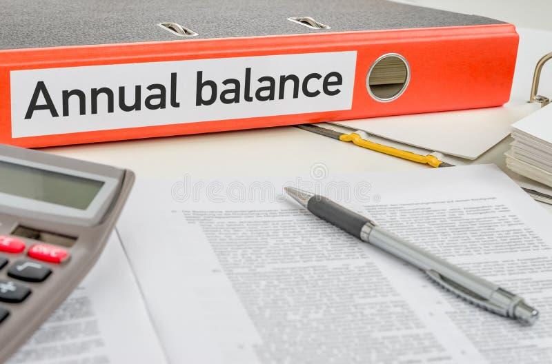 Оранжевая папка с балансом ежегодника ярлыка стоковая фотография rf