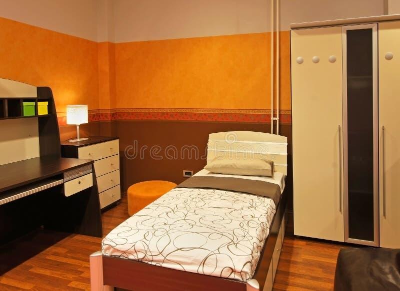 Оранжевая спальня ребенка стоковое изображение rf