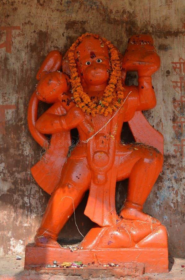 Оранжевая статуя лорда Hanuman, индусского божества обезьяны в Варанаси, Индии стоковое изображение