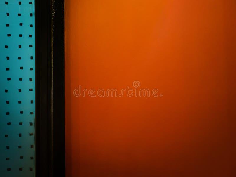 Оранжевая стена, оранжевая пустая интерьера с прямой ромбусом в двери стоковое фото