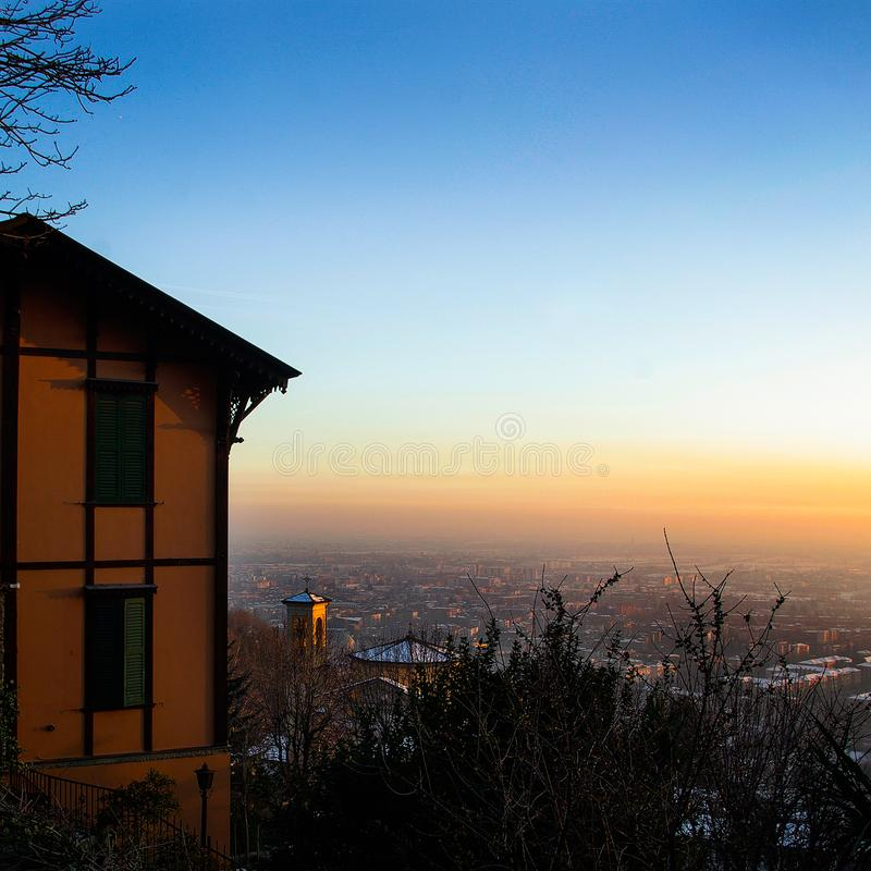Оранжевое здание на scape города холма в предпосылке стоковые фотографии rf