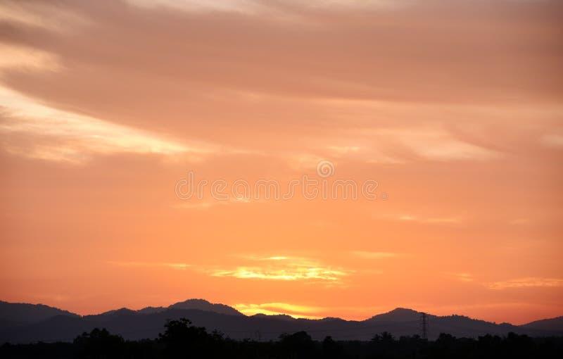 Оранжевое небо выравнивая красивый хеллоуин стоковое изображение rf