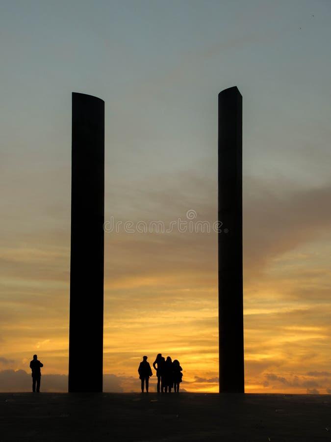 Оранжевое небо на заходе солнца: Силуэт людей стоковые изображения rf