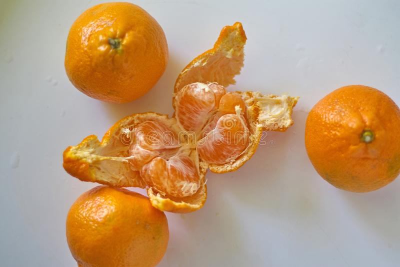 Оранжевые апельсины лежат на белой таблице стоковое фото rf
