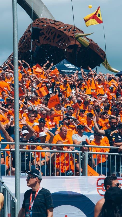Оранжевые вентиляторы гонки F1 стоковая фотография