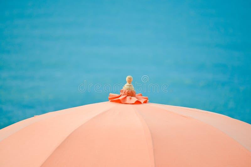 Оранжевые зонтики и стулья пляжа стоковое фото