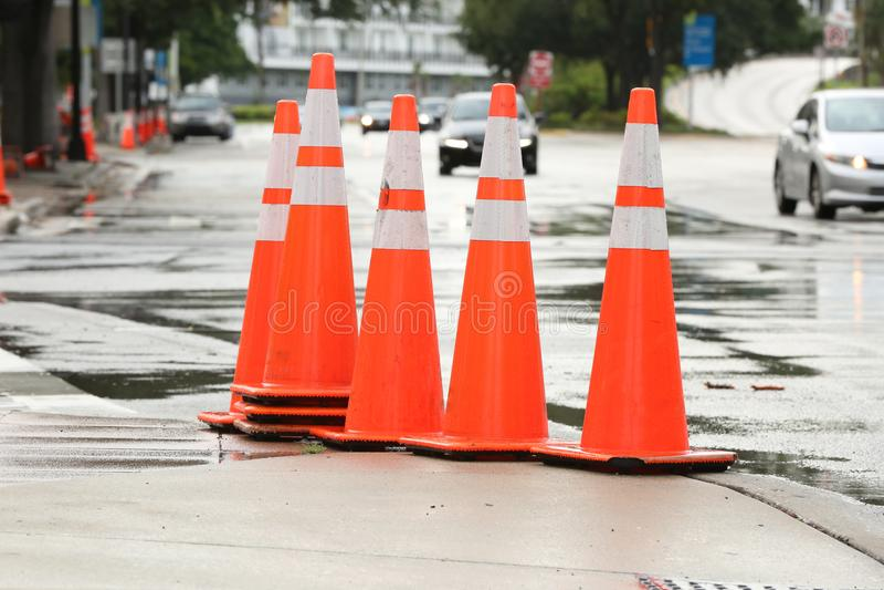 Оранжевые конусы улицы стоковое изображение