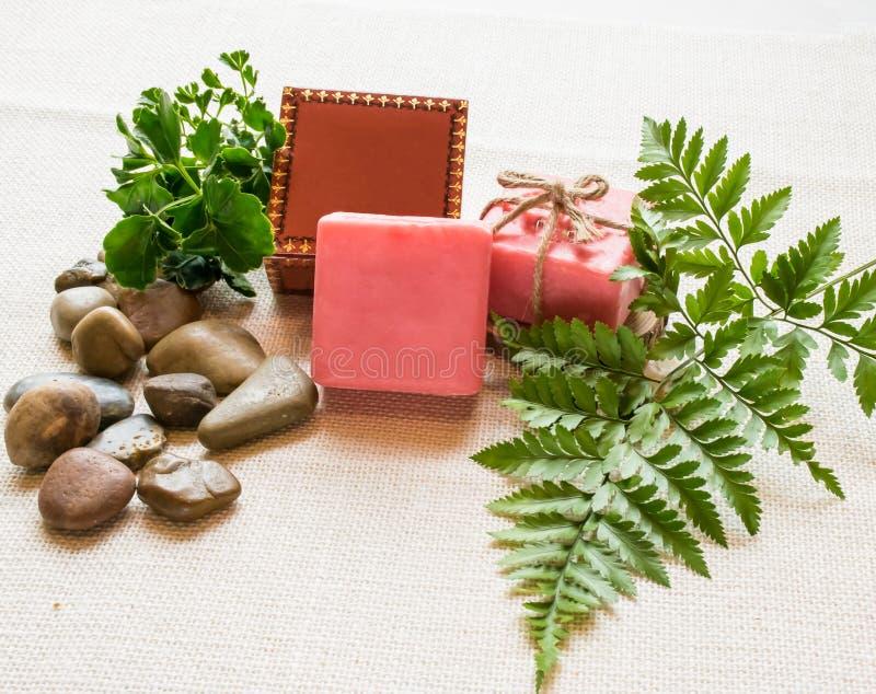 Оранжевые мыла на таблице украшенной с листьями и камнем стоковые фотографии rf