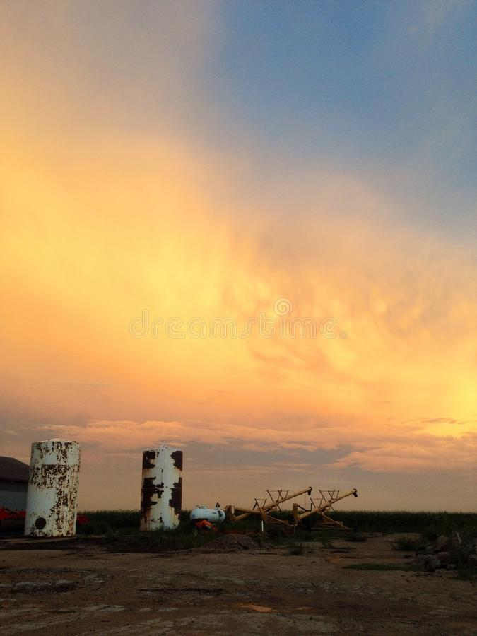 Оранжевые облака над двором фермы стоковые изображения rf