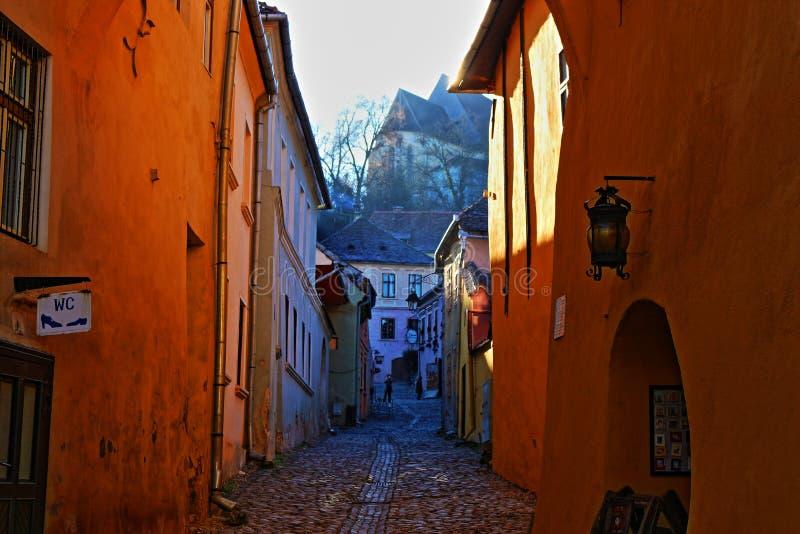 Оранжевые стены и дорога стоковые фото