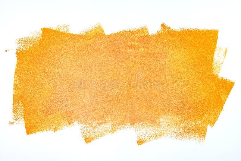 Оранжевые ходы ролика краски на белой стене стоковые фотографии rf