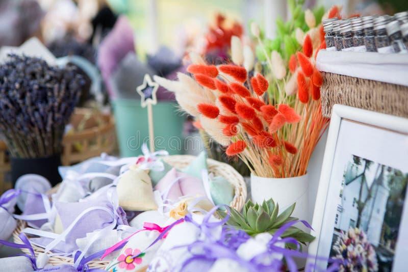 Оранжевые цветки в окне на рынке стоковая фотография