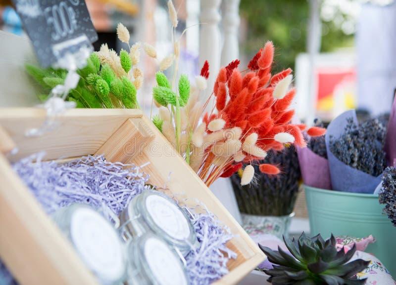 Оранжевые цветки в окне на рынке стоковые изображения rf