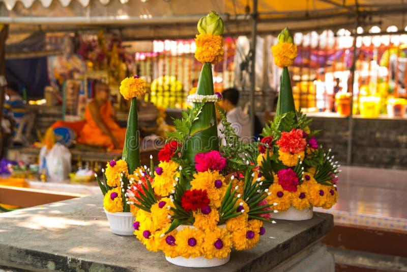 Оранжевые цветки и предложения к Будде на виске Будда Таиланд Бангкок стоковые фото