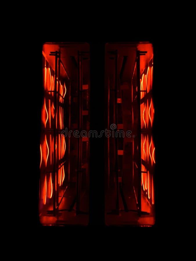 Оранжевые элементы внутри тостера в темноте стоковое фото rf