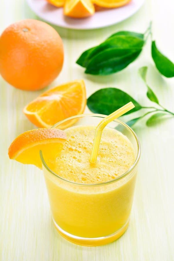 Оранжевые smoothie и куски стоковые фото