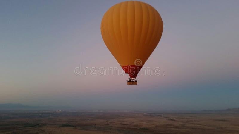 Оранжевый воздушный шар на восходе солнца стоковые изображения rf