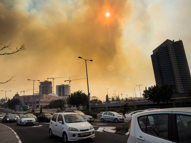 Оранжевый дым от огня над городом Хайфы стоковые изображения
