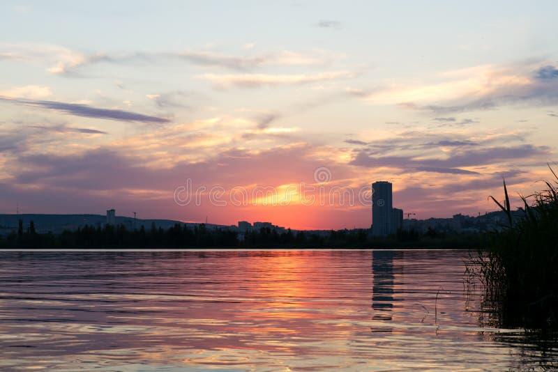 Оранжевый заход солнца над городом стоковая фотография rf