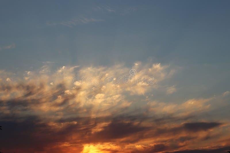 Оранжевый заход солнца с темными облаками Романтичное настроение Погода на день дня Изменения в окружающей среде environment Beau стоковая фотография rf