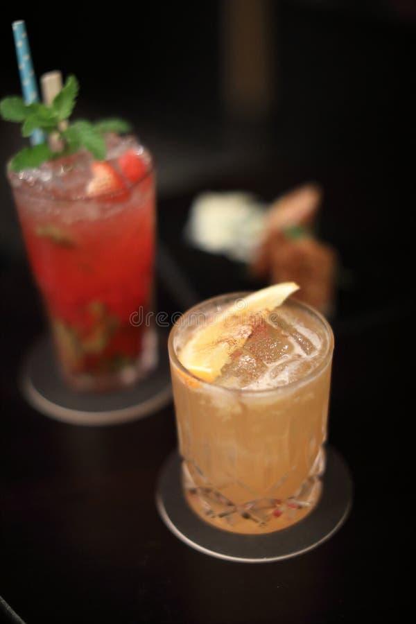 Оранжевый коктейль на баре стоковая фотография