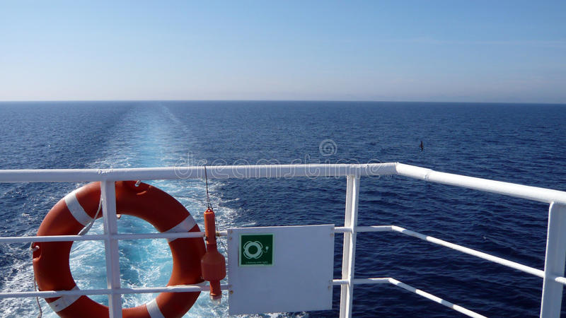 Оранжевый мальчик жизни кольца на белом пароме Обязательное оборудование для обеспечения безопасности корабля флотирование прибор стоковое изображение rf