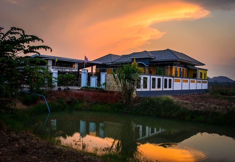 Оранжевый дом в вечере стоковая фотография