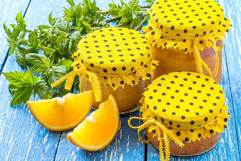 Оранжевый пирог в опарнике на праздник стоковое фото rf
