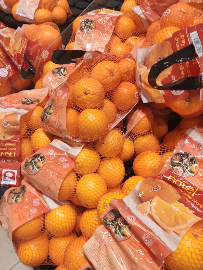 Оранжевый плод на шкафе и хорошо упакованный для продажи стоковая фотография