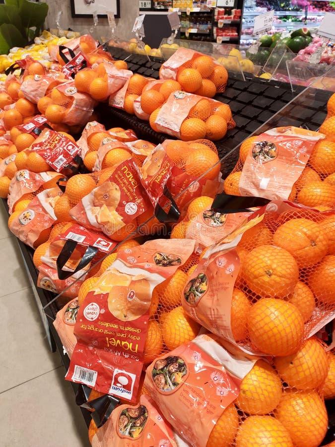 Оранжевый плод на шкафе и хорошо упакованный для продажи стоковое фото rf