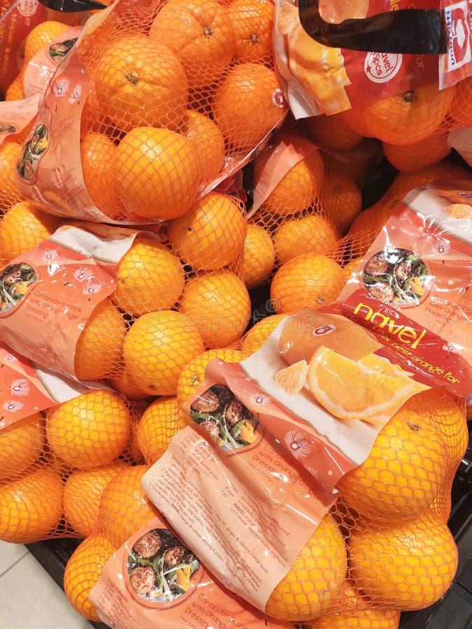 Оранжевый плод на шкафе и хорошо упакованный для продажи стоковые фотографии rf