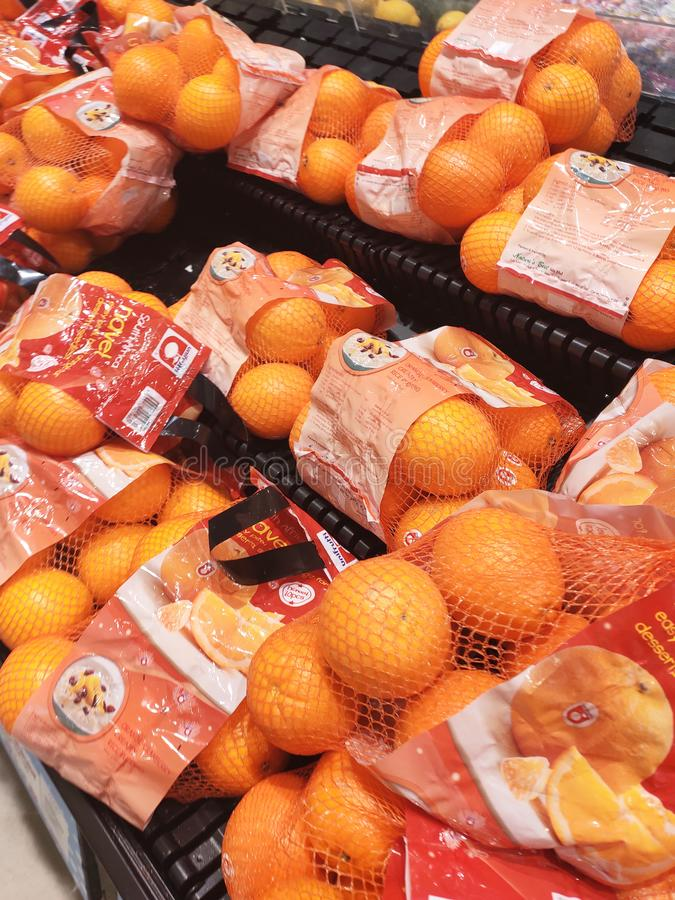 Оранжевый плод на шкафе и хорошо упакованный для продажи стоковые изображения rf