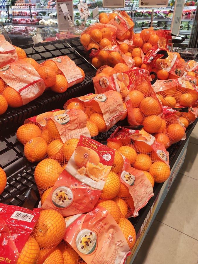 Оранжевый плод на шкафе и хорошо упакованный для продажи стоковое изображение