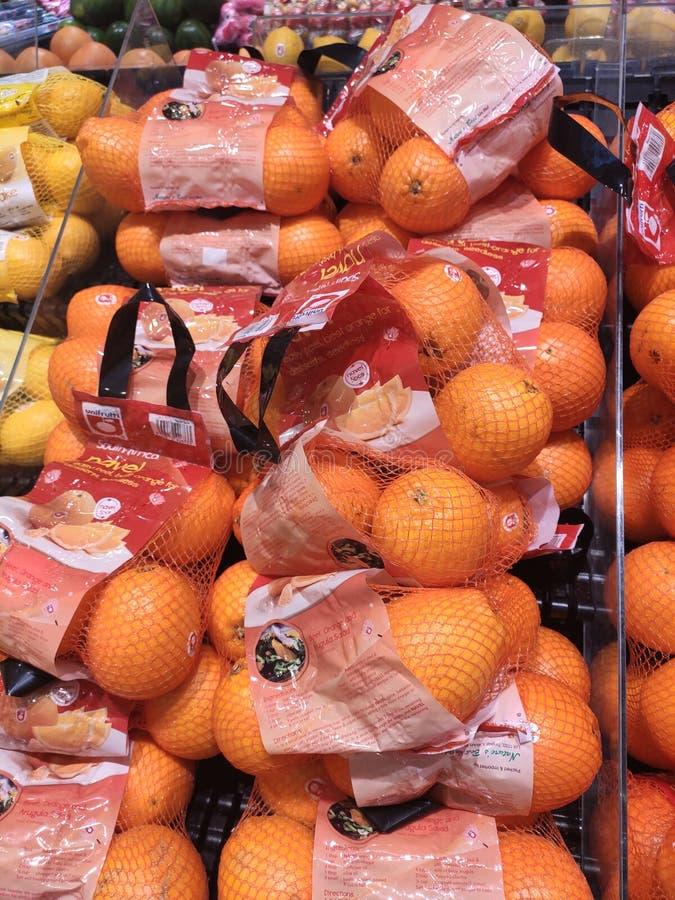 Оранжевый плод на шкафе и хорошо упакованный для продажи стоковые изображения