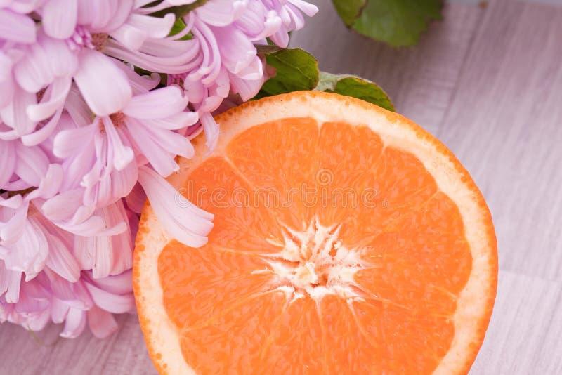 Оранжевый плодоовощ и розовый цветок цветения стоковая фотография rf