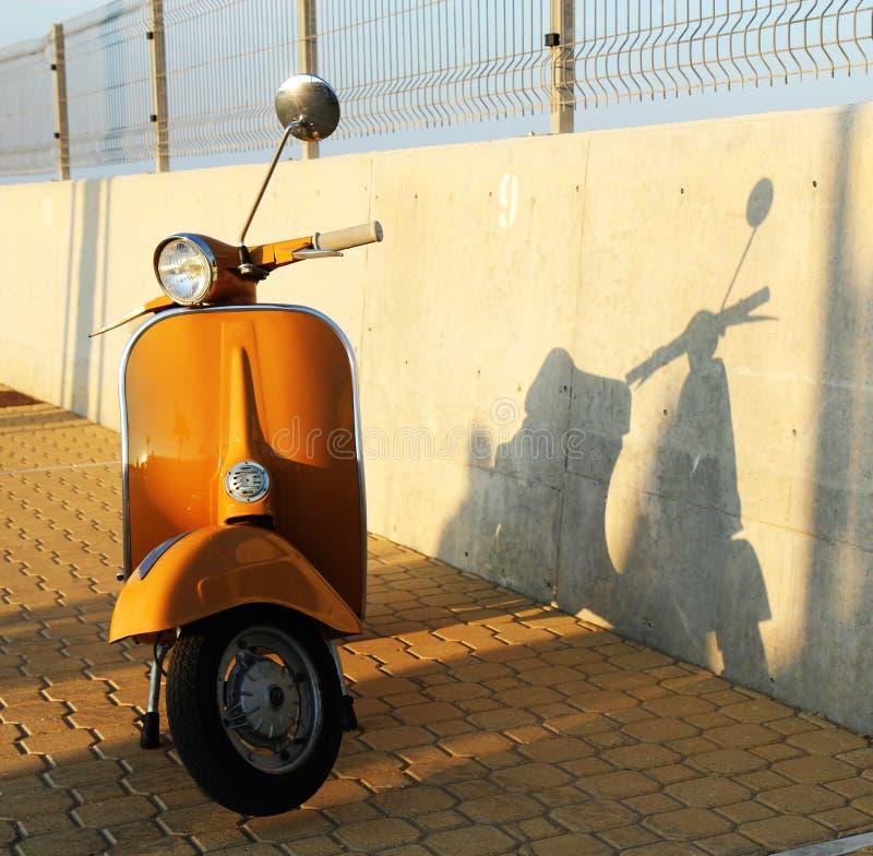 Оранжевый самокат стоковая фотография