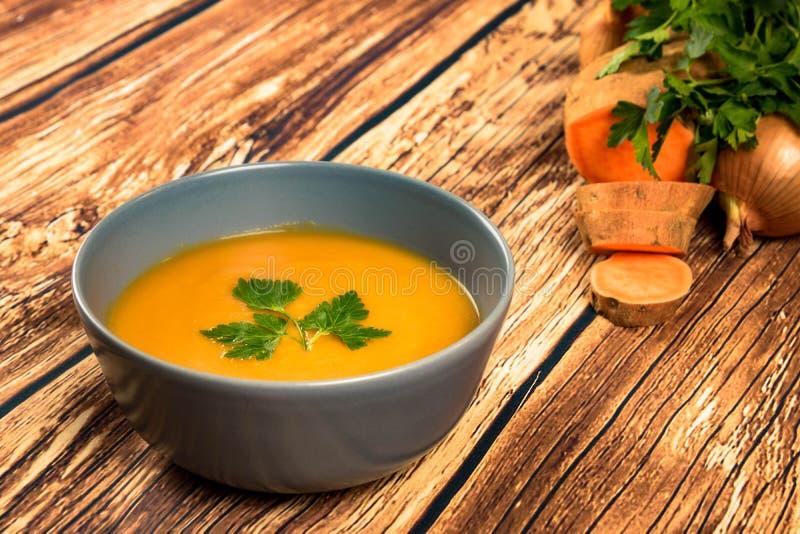 Оранжевый сметанообразный суп бататов стоковые фото