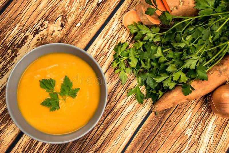 Оранжевый сметанообразный суп бататов стоковое изображение rf