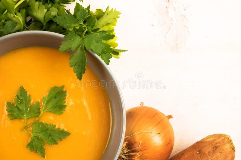 Оранжевый сметанообразный суп бататов стоковые фотографии rf