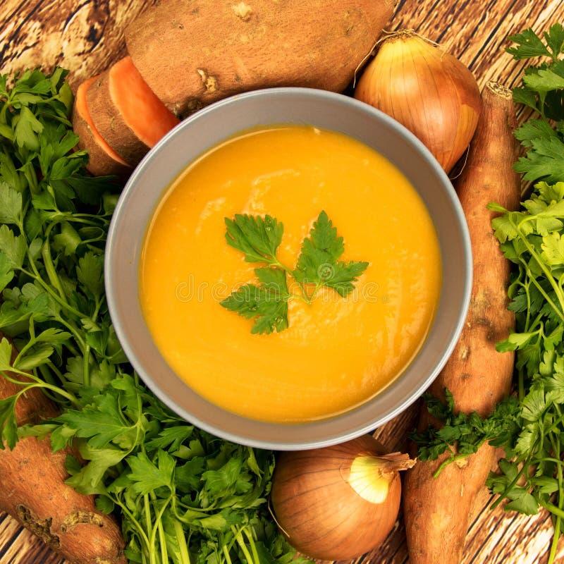 Оранжевый сметанообразный суп бататов стоковая фотография rf