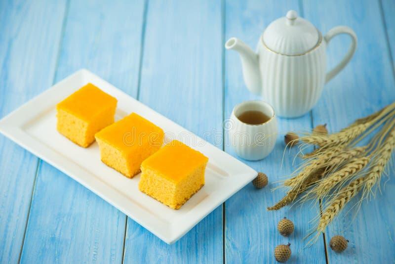 Оранжевый торт губки сделанный из муки к печь жаре покрытой с cr стоковые фотографии rf