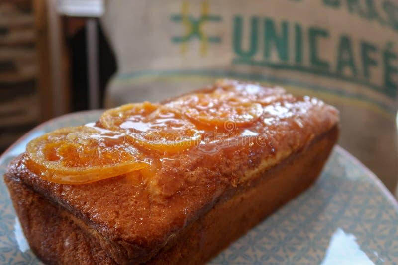 Оранжевый торт сливы на винтажной плите стоковая фотография rf