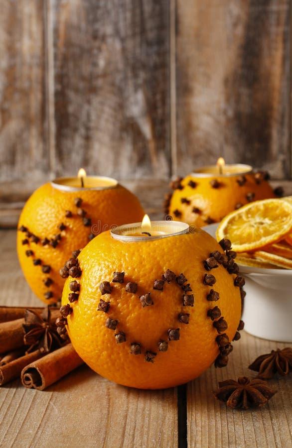 Оранжевый шарик pomander с свечой, украшением рождества стоковое фото
