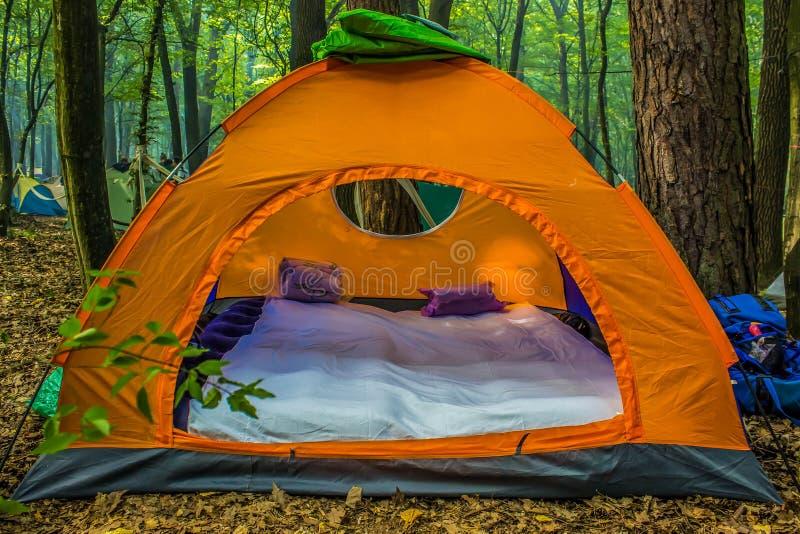 Оранжевый шатер перемещения в лесе лета стоковая фотография rf